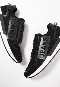 Tommy Jeans - TECHNICAL DETAILS FLEXI - Sneakers - black - 5