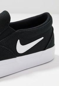 Nike SB - CHARGE - Slip-ons - black/white - 6