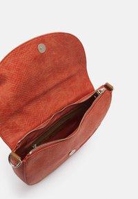 Desigual - BOLS SUMMER AQUILES BREMEN - Across body bag - naranja tierra - 2