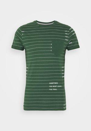 ECHOLS - T-Shirt print - pineneedle