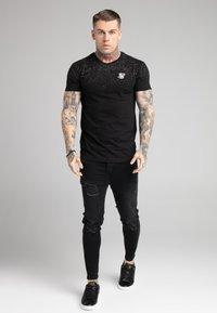 SIKSILK - SPECKLE GYM TEE - T-shirt med print - black/white - 1