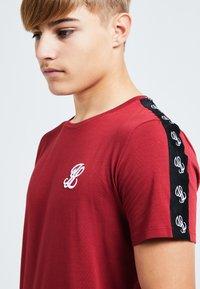 Illusive London Juniors - ILLUSIVE LONDON GRAVITY - Basic T-shirt - red - 3