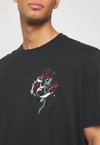 AllSaints - QUICKNESS CREW - T-shirts print - black/white/red/green - 5