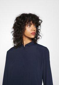Minimum - BINDIE DRESS - Skjortekjole - navy blazer - 4