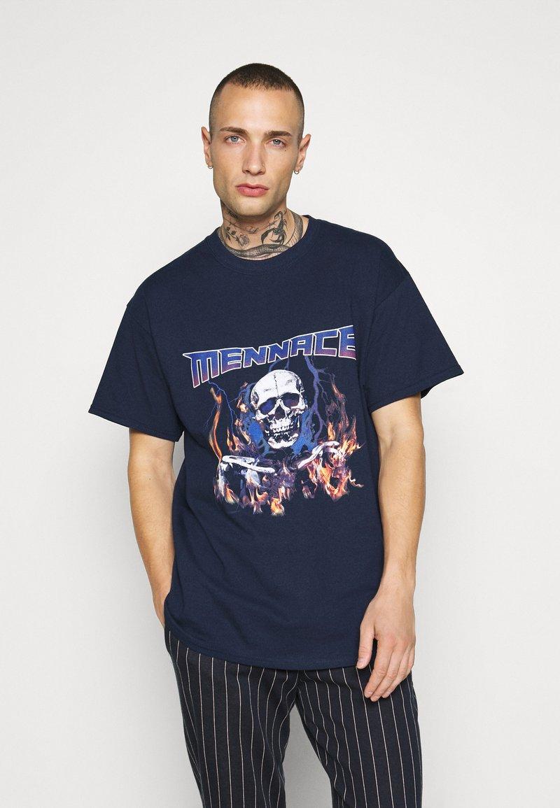 Mennace - HALF BLEACH FLAME SKULL - T-shirt con stampa - blue