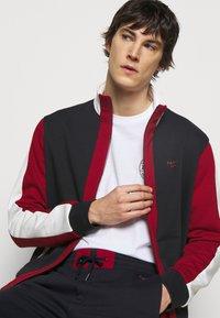 Bally - veste en sweat zippée - ink/red/bone - 3