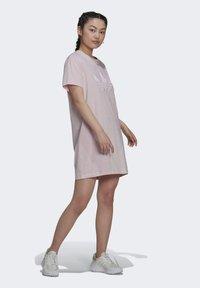 adidas Originals - ORIGINALS TREFOIL MOMENTS DRESS LOOSE - Vestido ligero - pink - 3