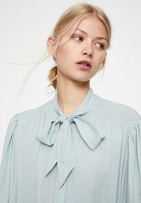 PULL&BEAR - MIT 3/4-ÄRMELN UND SCHLEIFE 05474380 - Button-down blouse - blue - 4
