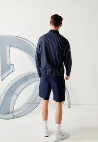 Lacoste Sport - Veste de survêtement - bleu marine / blanc - 2