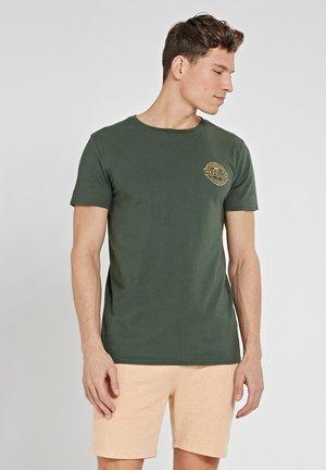 MEDELLIN - Print T-shirt - cilantro