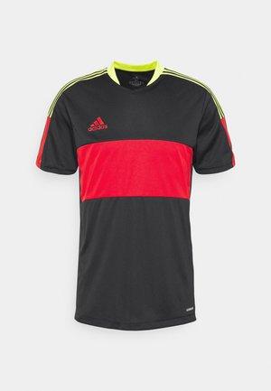 TIRO - T-shirt med print - black/red/yellow