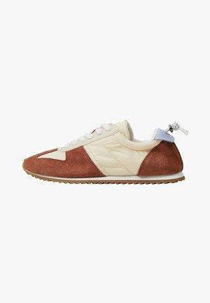 Sneakers laag - brent oransje