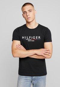 Tommy Hilfiger - CORP UNDERLINE TEE - Printtipaita - black - 0