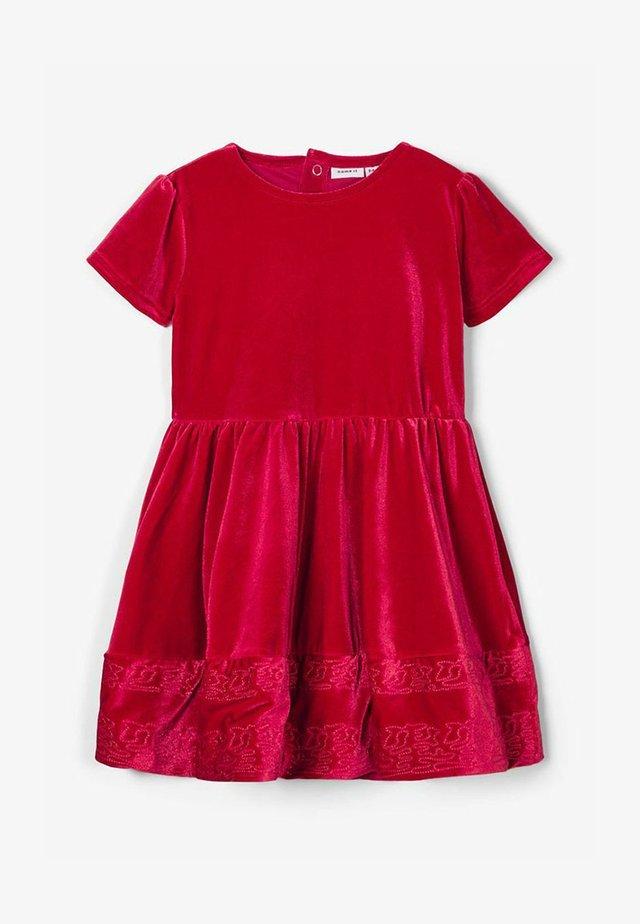 name it röd klänning