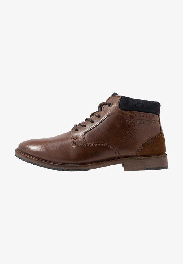 JAMILO - Šněrovací kotníkové boty - brandy/marine