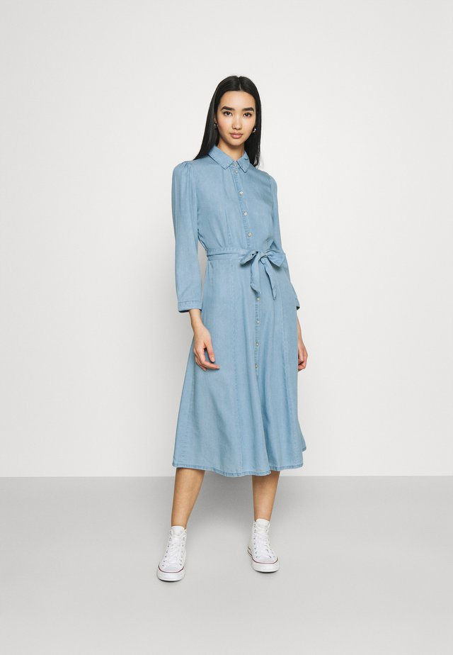 ONLMARY LONG BELT DRESS - Denimové šaty - light blue denim