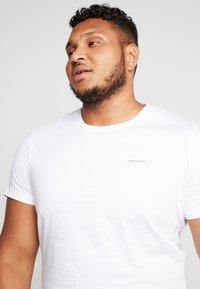 Calvin Klein Jeans - 2 PACK SLIM FIT - Print T-shirt - bright white/mezarine blue - 3