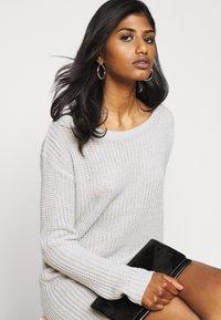 Missguided Petite - AYVAN OFF SHOULDER JUMPER DRESS - Sukienka dzianinowa - light grey - 3