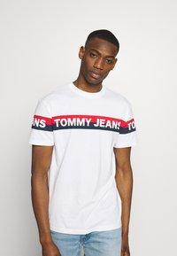 Tommy Jeans - DOUBLE STRIPE LOGO TEE - T-shirt z nadrukiem - white - 0