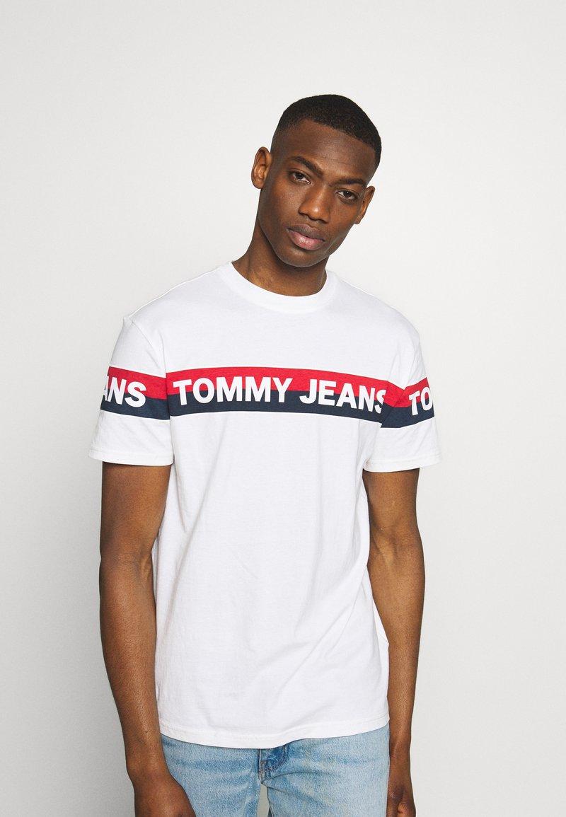 Tommy Jeans - DOUBLE STRIPE LOGO TEE - T-shirt z nadrukiem - white