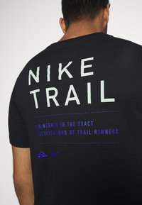 Nike Performance - DRY TEE TRAIL - Print T-shirt - black/pistachio frost - 6