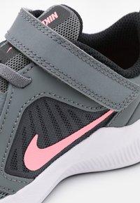 Nike Performance - DOWNSHIFTER 10 UNISEX - Zapatillas de running neutras - smoke grey/sunset pulse/black/white - 5