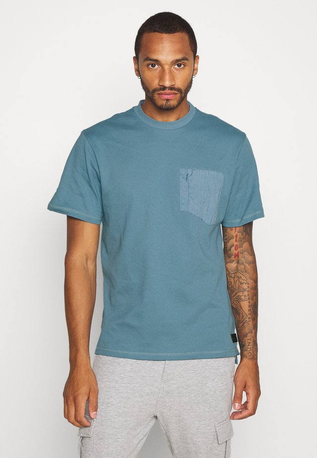 PANEL BADGE TEE - Basic T-shirt - slate blue/grey