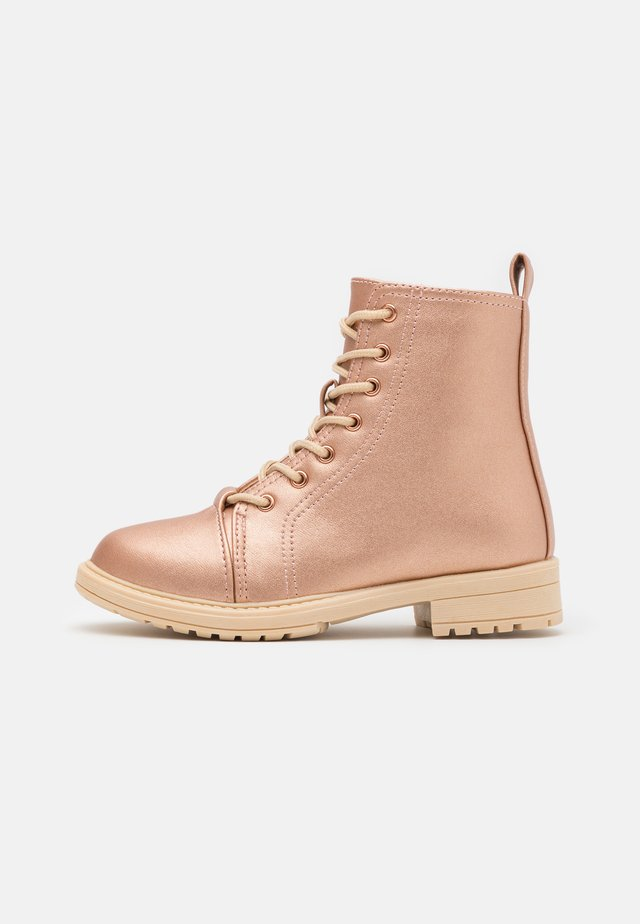 LACE UP ROXIE BOOT - Nauhalliset nilkkurit - rose/gold