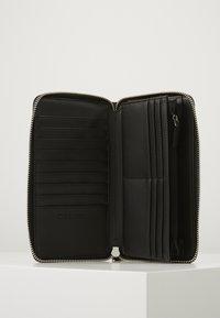 Calvin Klein - NEAT ZIPAROUND WALLET XL - Peněženka - black - 5
