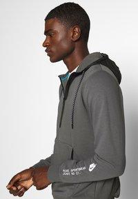 Nike Sportswear - HOODIE - Jersey con capucha - iron grey/black - 4