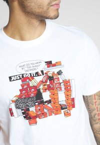 Nike Sportswear - M NSW TEE SNKR CLTR 7 - T-shirt med print - white - 5