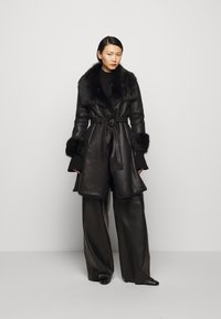 STUDIO ID - FLO SHEARLING COAT - Wollmantel/klassischer Mantel - black - 1