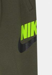 Nike Sportswear - CLUB PANT - Teplákové kalhoty - cargo khaki - 2
