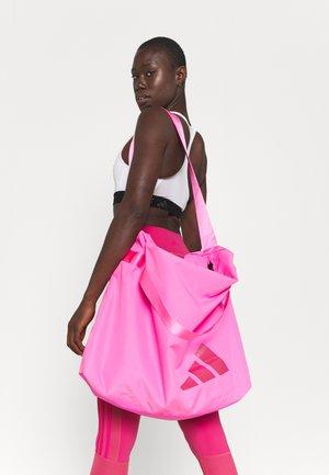STREET TOTE - Bolsa de deporte - screaming pink/white