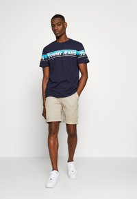 Tommy Jeans - ESSENTIAL - Shorts - stone - 1