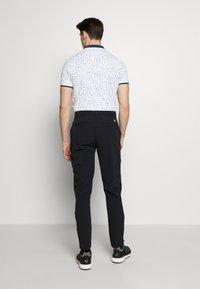 Lyle & Scott - GOLF TECH TROUSERS - Pantalons outdoor - true black - 2