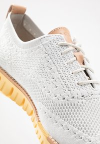 Cole Haan - ZEROGRAND STITCHLITE OXFORD - Chaussures à lacets - glacier gray/sunset gold - 5