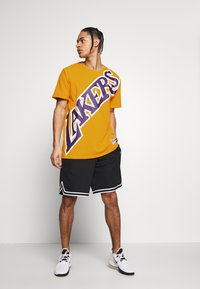 Mitchell & Ness - NBA LA LAKERS BIG FACE LAKERS TEE - Article de supporter - gold - 1