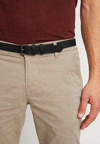 Lindbergh - CLASSIC WITH BELT - Chinot - sand - 5