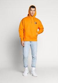 Tommy Jeans - BADGE HOODIE UNISEX - Hoodie - paradise orange - 1