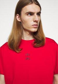 Neil Barrett - TRIPTYCH THUNDER EASY - T-shirts med print - red/black - 3