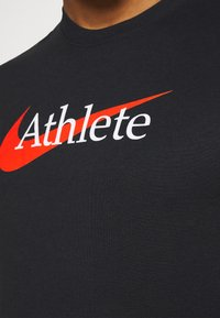 Nike Performance - TEE ATHLETE - T-shirt med print - black/team orange - 5