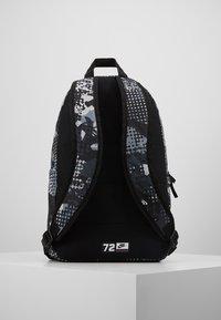 Nike Sportswear - Batoh - black/light smoke grey - 2