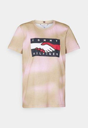 EARTH DAY FLAG TEE - Triko spotiskem - gentle gold/pastel pink