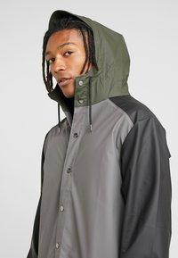 Rains - LIMITED EDITION COLOR BLOCK LONG - Regenjas - charcoal/black - 4