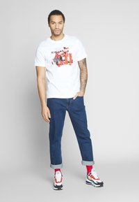 Nike Sportswear - M NSW TEE SNKR CLTR 7 - T-shirt med print - white - 1