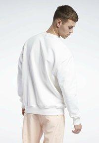 Reebok Classic - CL SR GRAPHIC CREW - Sweatshirt - chalk - 1