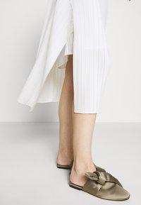 3.1 Phillip Lim - VNECK MUSHROOM PLEATED DRESS - Denní šaty - white - 4