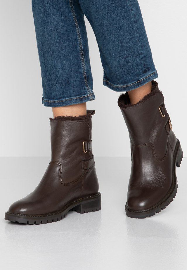 WIDE FIT BUCKLE BOOT - Støvletter - brown