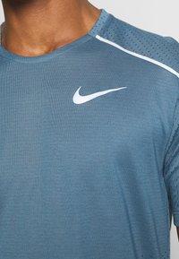 Nike Performance - BREATHE RISE  - Camiseta estampada - thunderstorm/reflective silver - 4